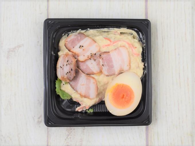 フタを開けた「煮玉子と燻製ベーコンのポテトサラダ」の画像