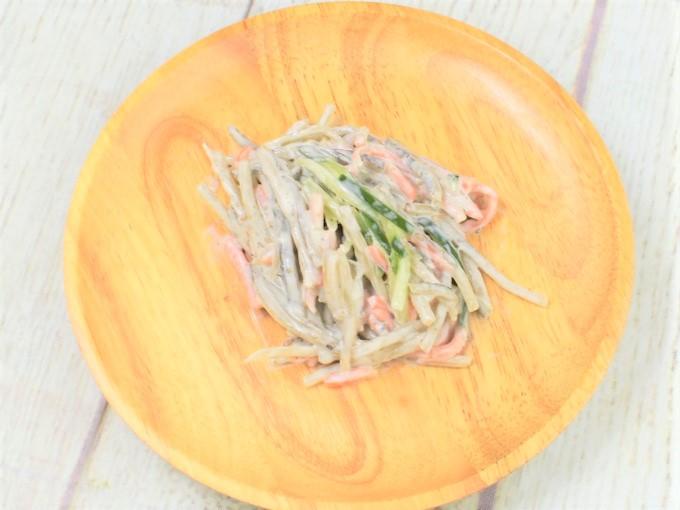 お皿に移した「ごぼうサラダ」の画像