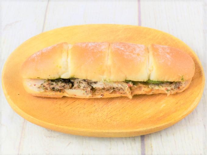 袋から取り出した「アボカド&サラダチキン(コブソース)」の画像