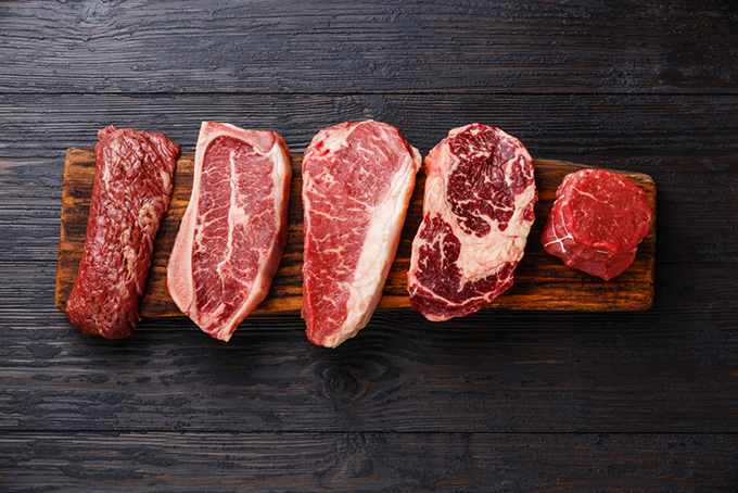 板の上に並べられた牛肉の画像