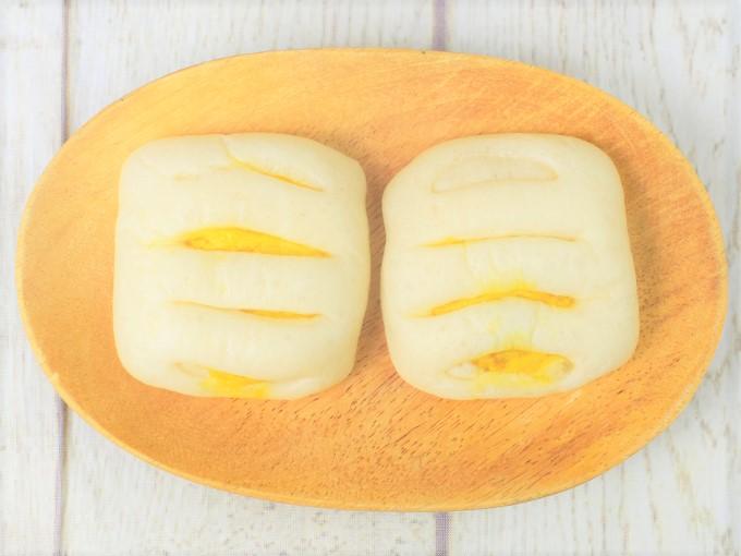 パッケージから取り出した「糖質オフのしっとりパンかぼちゃサラダ 2個入」の画像