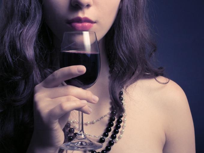 ワイングラスを手にする女性
