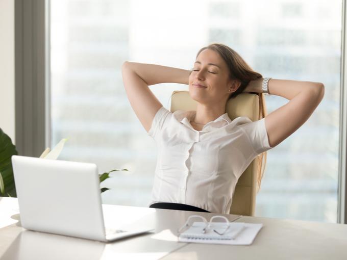 仕事中にひと息ついてリラックスする女性