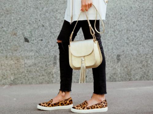 レオパード柄の靴をはく女性の足もと