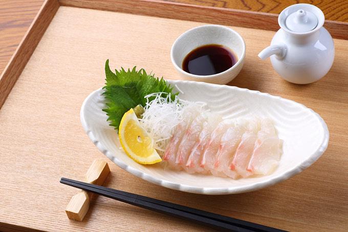 鯛の刺身と醤油の画像