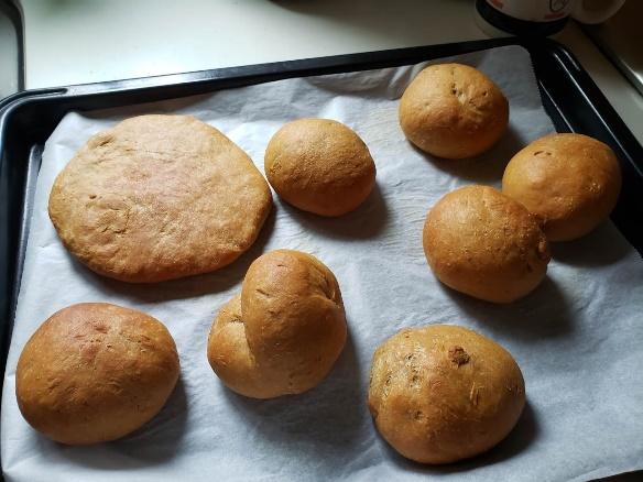 お手製のふすまパンは、まとめて作って冷凍。サラダチキンやハムとの相性抜群です!