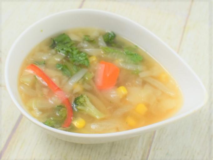 お皿に移した「1/2日分の野菜が摂れるコンソメスープ」の画像