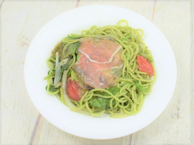 お皿に移した「生ハムのバジルパスタサラダ」の画像