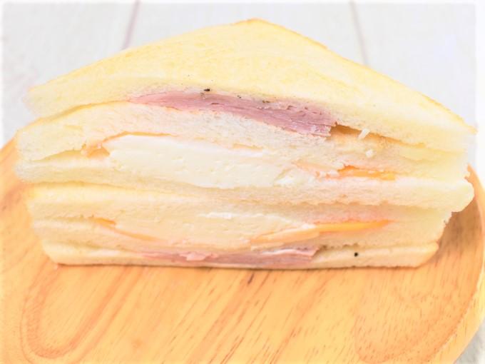 具材をアップにした「3種のチーズのサンド」の画像