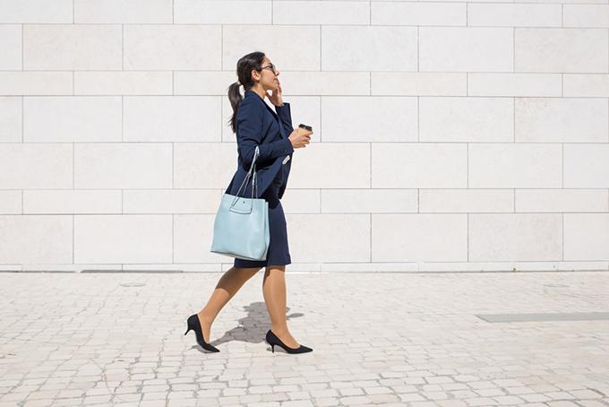 ヒールを履いて歩いている女性の画像