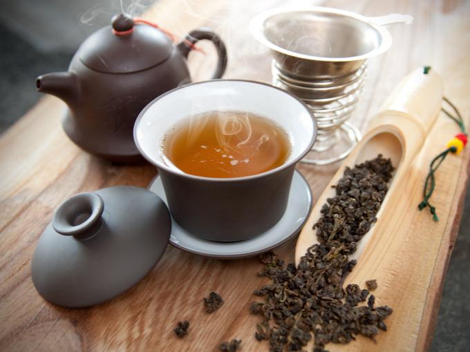 烏龍茶を注いだティーセットと茶葉