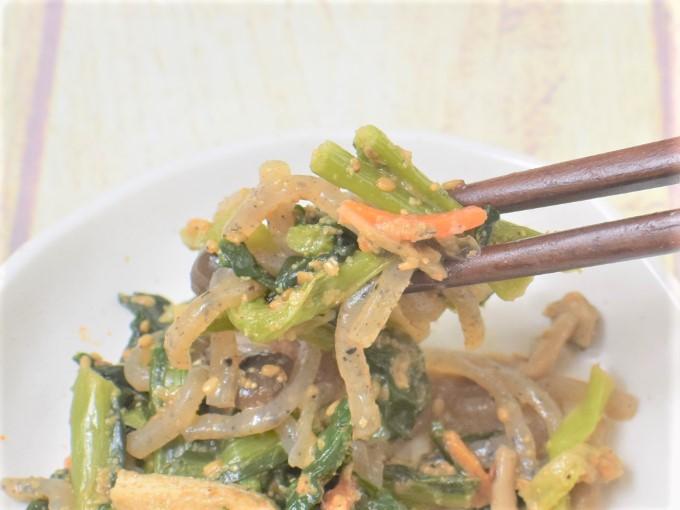箸で持ちあげた「小松菜としめじの胡麻和え」の画像