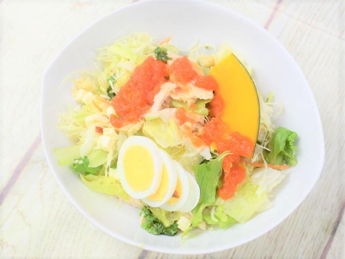 お皿に盛った「1食分のプロテインサラダ(人参ドレッシング)」の画像