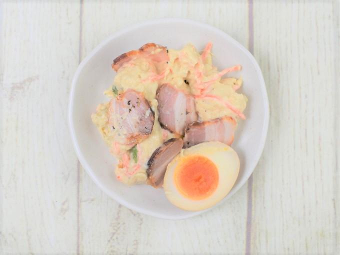 お皿に盛った「煮玉子と燻製ベーコンのポテトサラダ」の画像