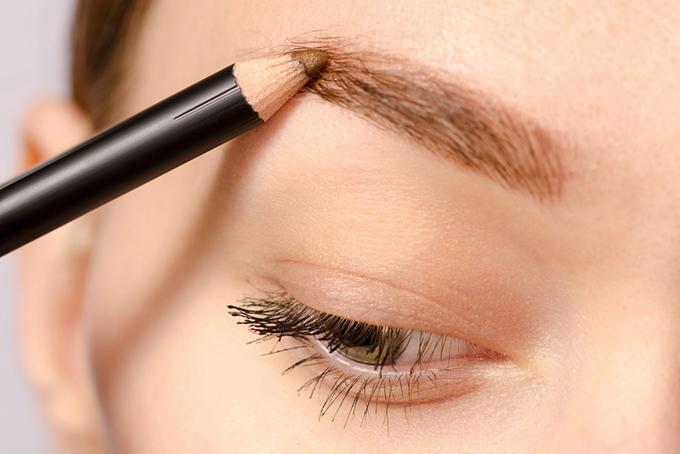 眉メイクをする女性の目元画像