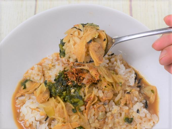 スプーンですくった「深川丼(あさりとねぎの味噌仕立て)」の画像