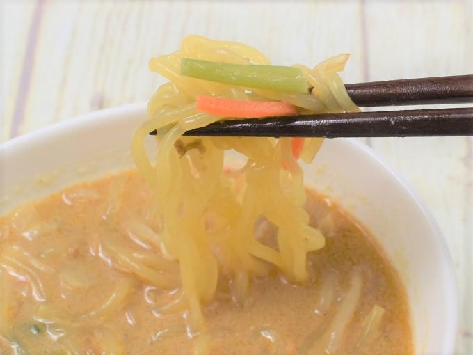 箸で持ち上げた「こんにゃく麺の豆乳胡麻担々」の画像
