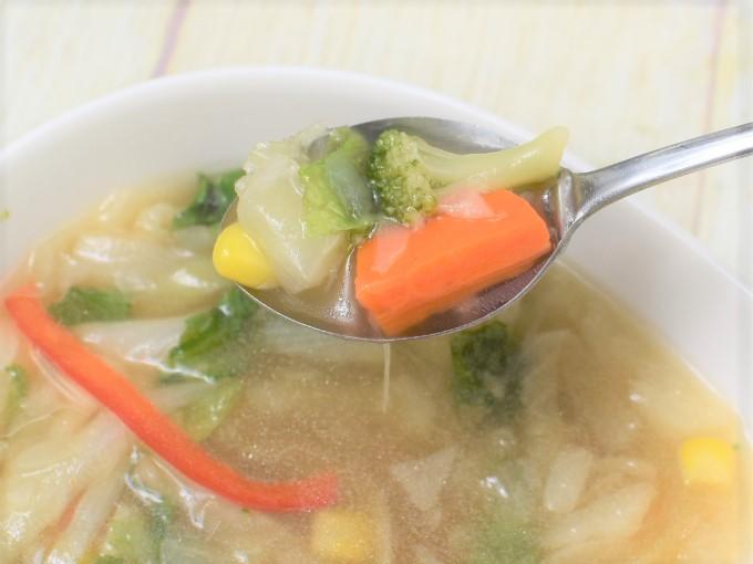 スプーンですくった「1/2日分の野菜が摂れるコンソメスープ」の画像