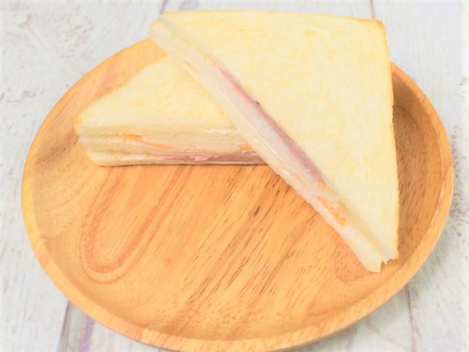 お皿に乗せた「3種のチーズのサンド」の画像
