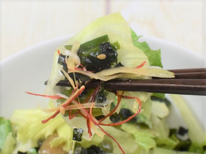 お箸で持ち上げた「チョレギサラダ」の画像