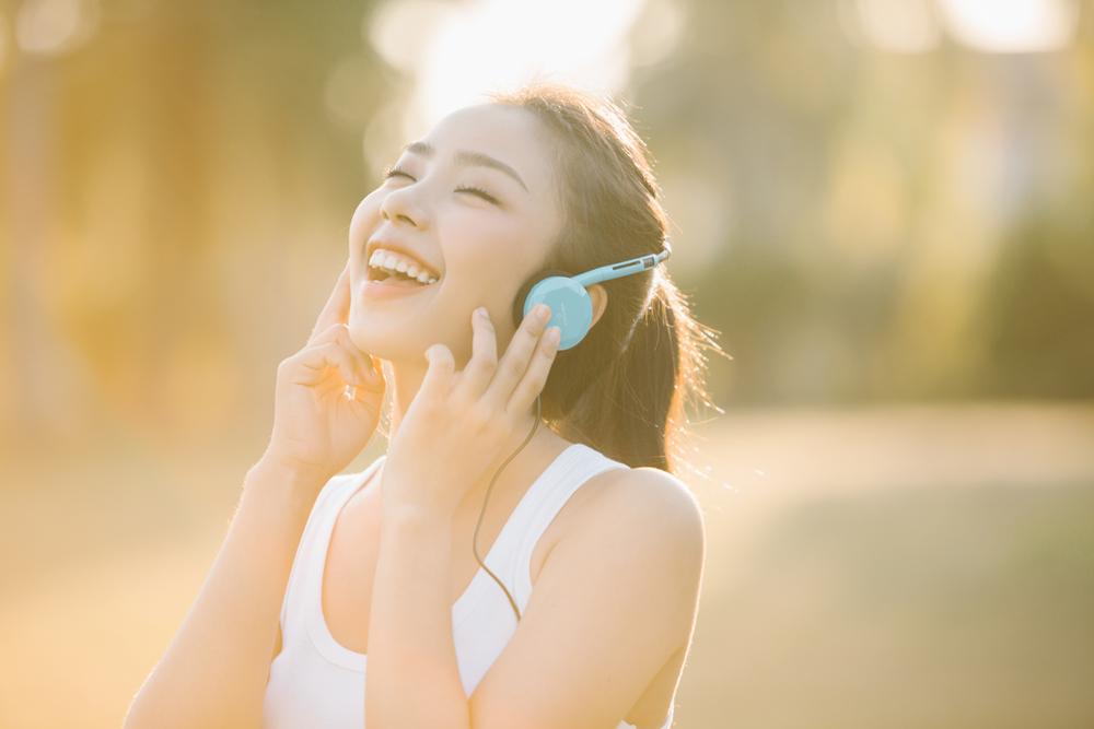 音楽をきいて笑顔の女性