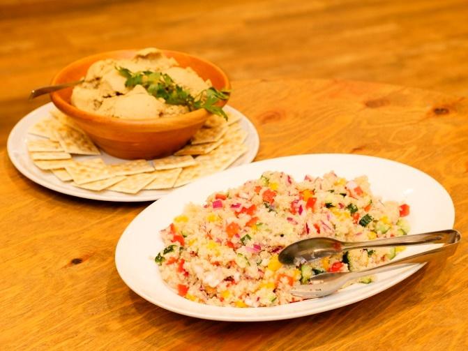 キヌアサラダとひよこ豆のフムス