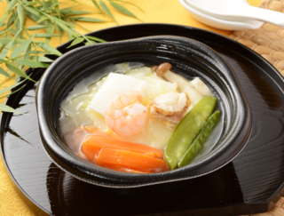 これで159kcal!? 丸ごとの豆腐を8種類の具材とぜいたくにいただくローソンの「豆腐DELI 海鮮と野菜の和風餡かけ豆腐」