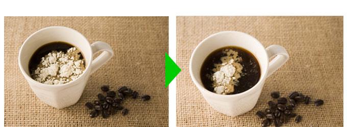 コーヒーに浮かべたおからパウダー(左)、コーヒーに溶けていくおからパウダー(右)