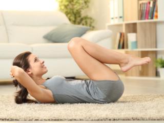 腹筋をしている女性の画像