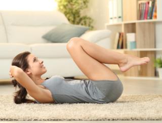 """本格的な""""宅トレ""""を教えてくれるアプリ「家で5分間エクササイズ:男性と女性のための」"""