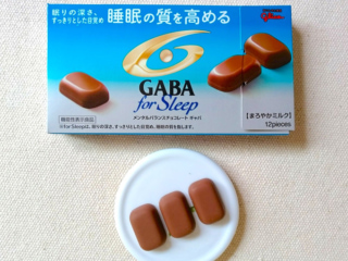 GABAチョコの箱とチョコレート3粒