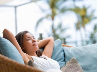 ソファーでうたた寝する女性