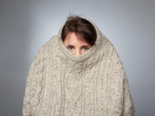 セーターで顔まで隠している内向的な人