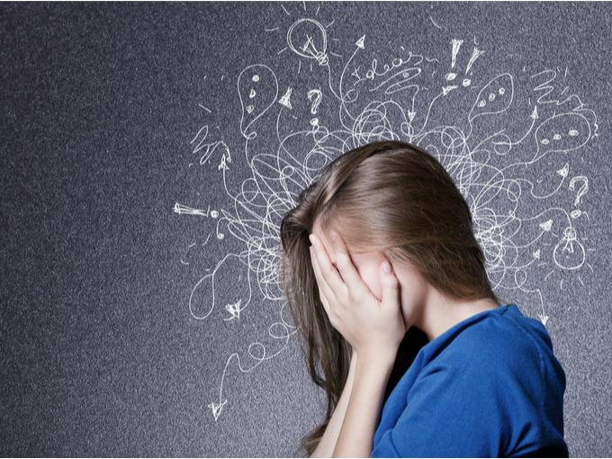 繰り返し同じ考えや行動にとらわれたりして不安な精神状態の女性