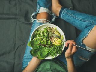 サラダを食べる人