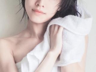 タオルで髪を乾かす女性の写真