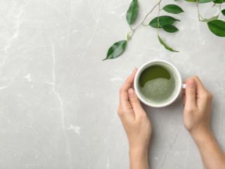カップに注がれた緑茶
