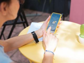 天気アプリを見ている女性の画像