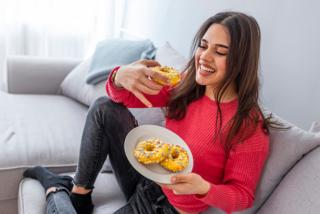 ドーナッツを食べている女性