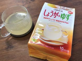 日東紅茶の「しょうが&ゆず」の袋(右)と作ったホットドリンク(左)