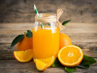 オレンジジュースと切ったオレンジ