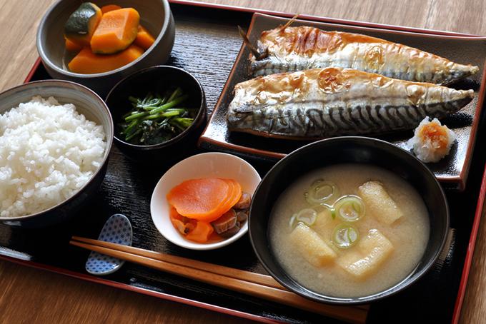 おぼんにサバやお味噌汁、ご飯がのった和食定食