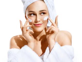 頬に白クリームを塗った女性のバストアップ画像