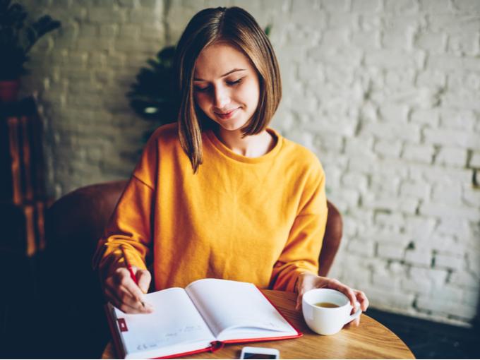 ノートを記載している女性の画像