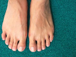 小指の爪が小さくなるのはなぜ? 足の爪に起きやすいトラブルと対処法