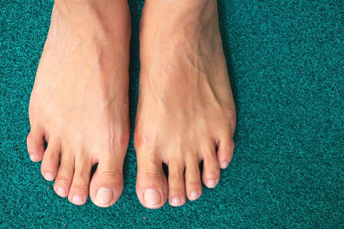 緑のマットに置かれた足の画像