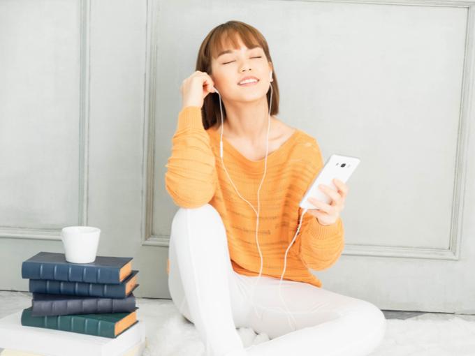 音楽を聴いている女性の画像