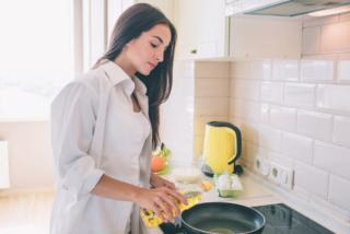 調理する女性の画像