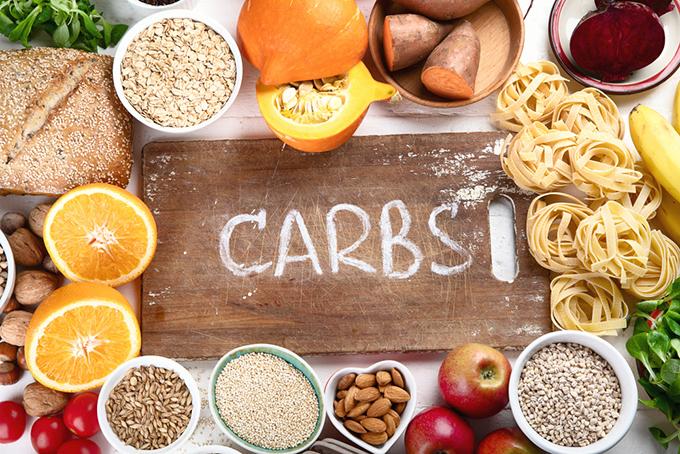 CARBC(炭水化物)と書かれたまな板の周りに食材が並べられている