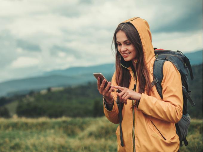 スマートフォンを眺めている女性の画像